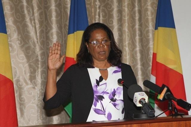 La présidente de la Commission Électorale des Seychelles démissionne.