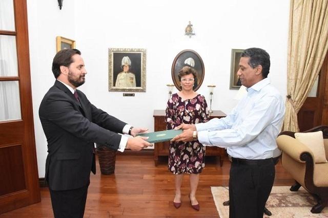 L'ambassadeur du Brésil remarque un groupe de capoeira – danse de combat rythmé - aux Seychelles