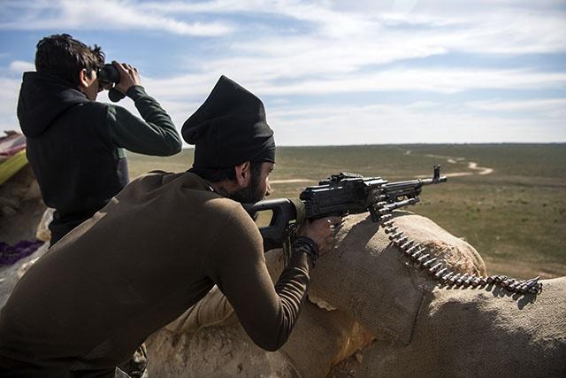 En Syrie, les jihadistes défendent leur dernier réduit, les civils fuient