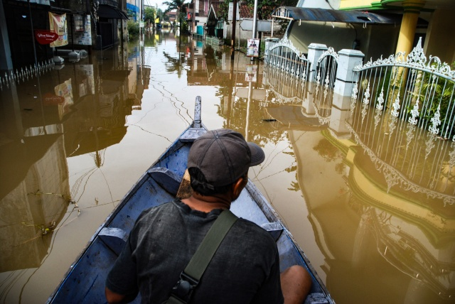 Indonesia flood death toll tops 100, dozens still missing