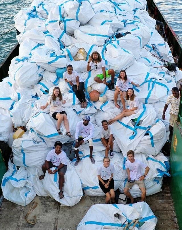 50 000 sandales sur les 25 tonnes de déchets nettoyés sur l'atoll des Seychelles, Aldabra