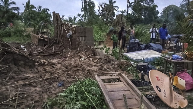 Rescuers struggle to reach Mozambique cyclone victims
