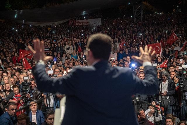 """Le maire d'Istanbul qualifie de """"trahison"""" l'annulation de son élection"""