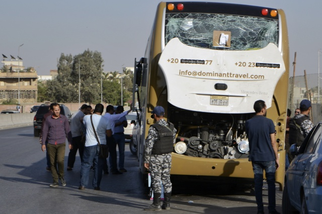 Bomb blast hits tourist bus near Egypt pyramids