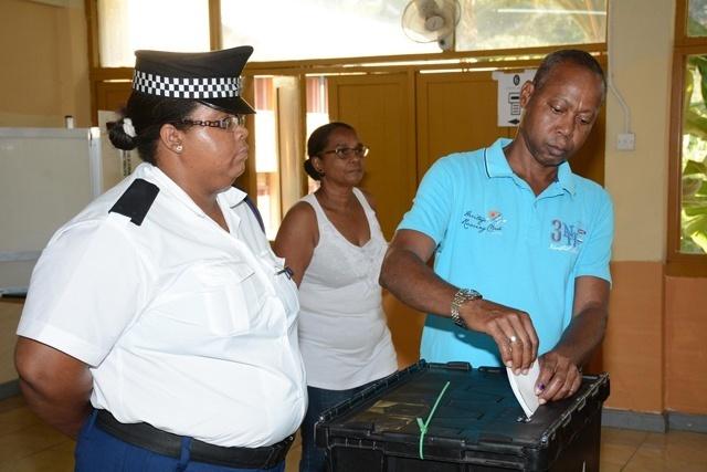 Le président des Seychelles retire la demande de référendum sur le droit de vote des citoyens à l'étranger; législation à suivre