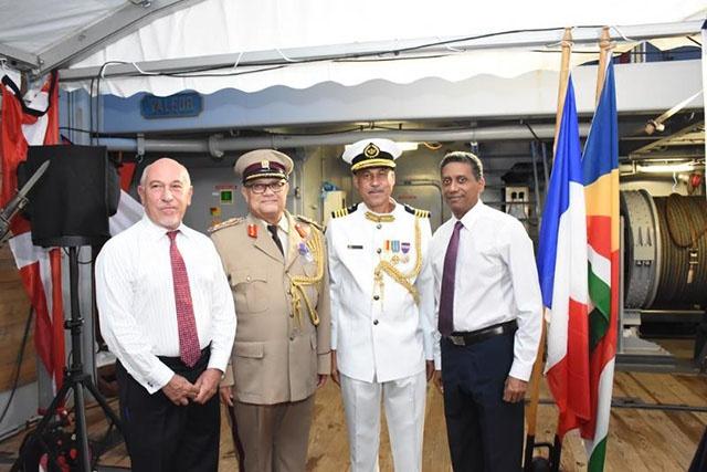 La France honore les plus hauts officiers de l'armée seychelloise en les décorant de la médaille de la défense nationale