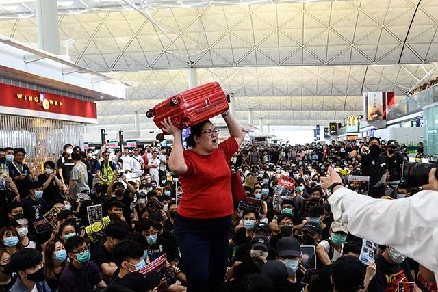 Manifestations à Hong Kong: deuxième journée de chaos à l'aéroport