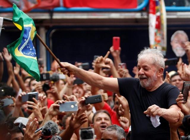 Brésil: Lula accueilli en héros dans son fief près de Sao Paulo
