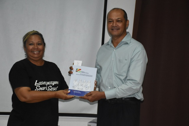 Hearing-impaired community in Seychelles gets its first sign language dictionary
