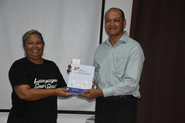 La communauté malentendante des Seychelles obtient son premier dictionnaire de la langue des signes
