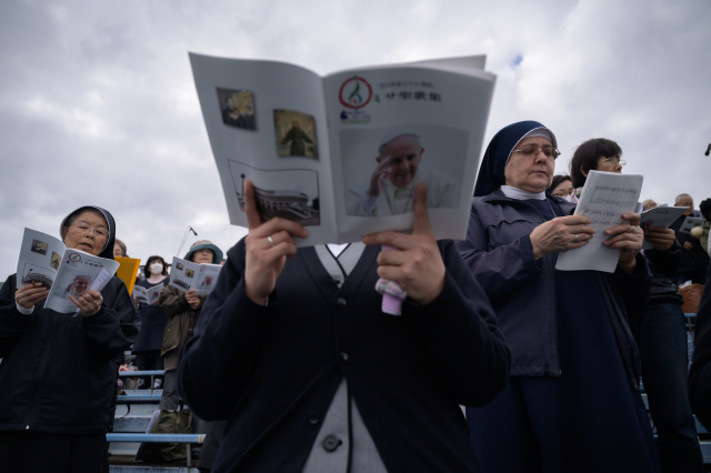 Pope Francis carries anti-nuclear message to Japan