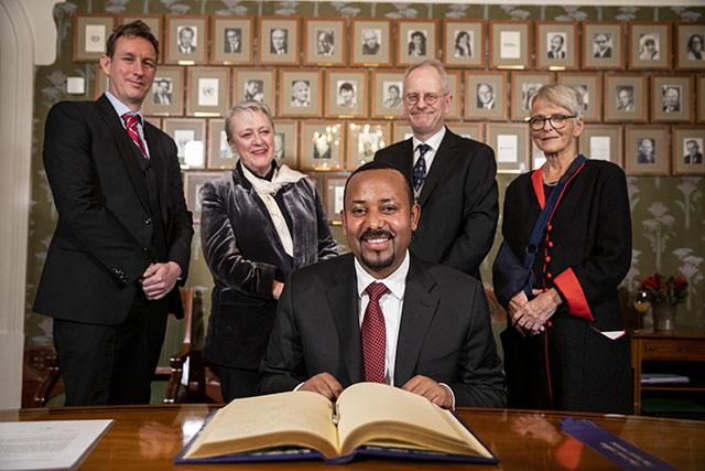Fragilisé, l'Ethiopien Abiy Ahmed reçoit le Nobel de la paix