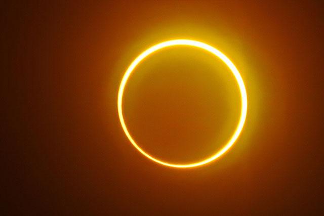 """Les astronomes amateurs admirent une éclipse """"cercle de feu"""" en Asie"""