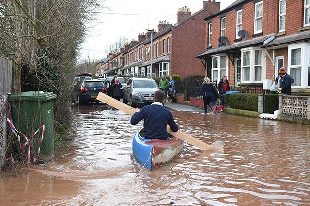 Tempête Dennis: les inondations au Royaume-Uni causent la mort d'une femme