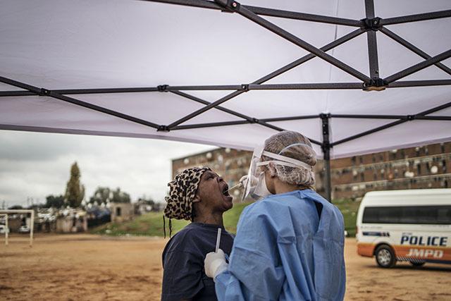 Plus de 200 médecins cubains en Afrique du Sud contre le coronavirus