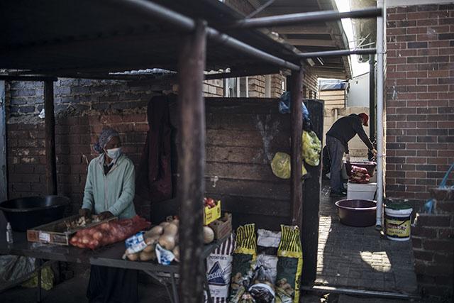 Afrique du Sud: vente d'alcool autorisée, levée du couvre-feu, commerces rouverts au 1er juin