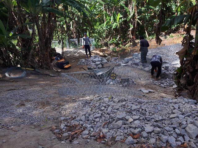 Cage of rocks makes a sturdy wall, Seychelles Institute for Technology students learn