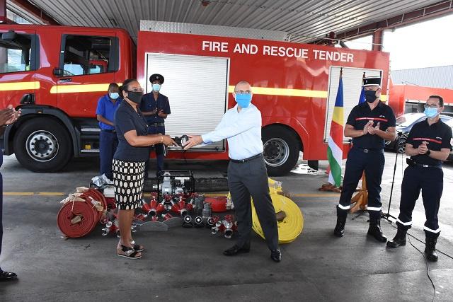 La Réunion fait don d'équipement aux pompiers Seychellois pour lutter contre les incendies.
