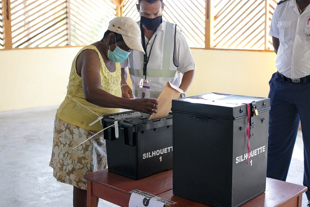 Elections aux Seychelles : Sur l'île de Silhouette, une femme de 81 ans vote au milieu des précautions COVID-19