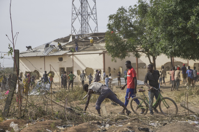 Looters raid Nigeria food warehouse as unrest spreads