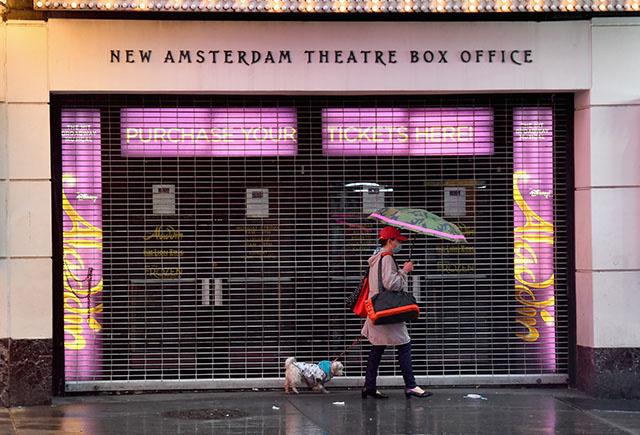 Face au Covid, les bars ferment tôt à New York et la Grèce se met sous couvre-feu