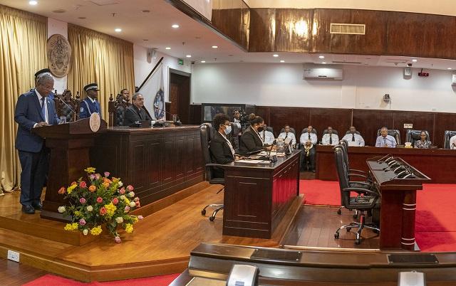Le nouveau président : au milieu d'une situation financière turbulentes, les Seychelles vont fermer 3 ambassades et renoncer au 13e mois de salaire