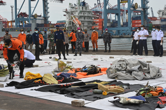 Divers search Indonesian plane wreckage for black boxes