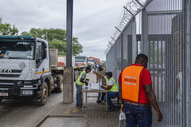 Virus hits S.Africa border post, compounds delays