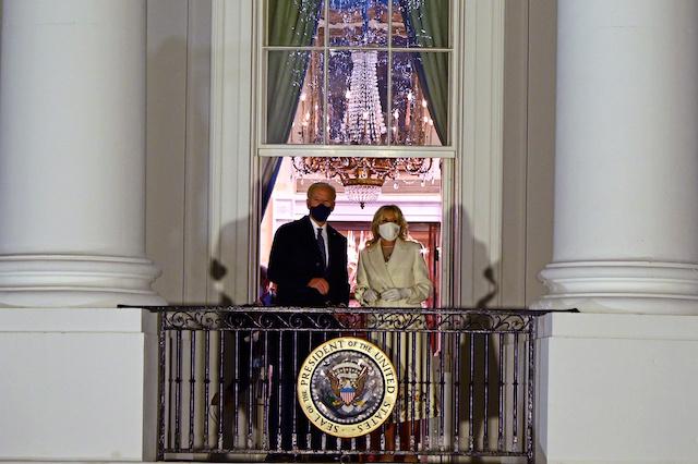 Joe Biden entre à la Maison Blanche dans Washington transformée en forteresse