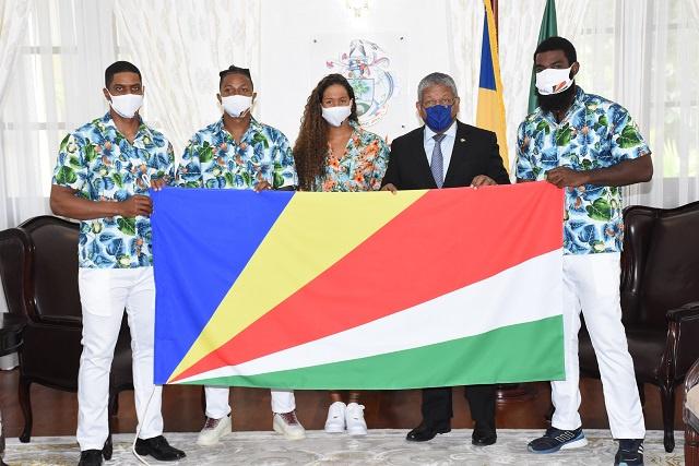 Les athlètes des Seychelles qui participeront aux jeux olympiques de Tokyo reçoivent les encouragements du président avant leur départ.