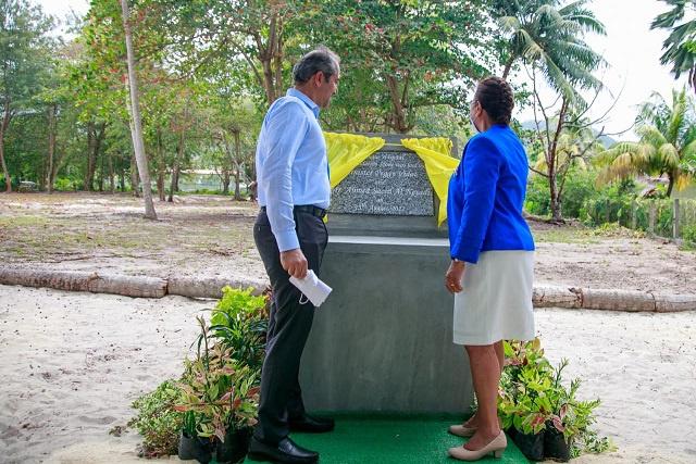 Pose de la première pierre pour la construction d'un nouvel hôpital sur l'île de La Digue aux Seychelles