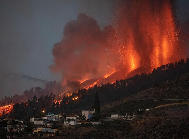 """Eruption volcanique aux Canaries: de """"nombreuses"""" habitations détruites, selon les autorités"""