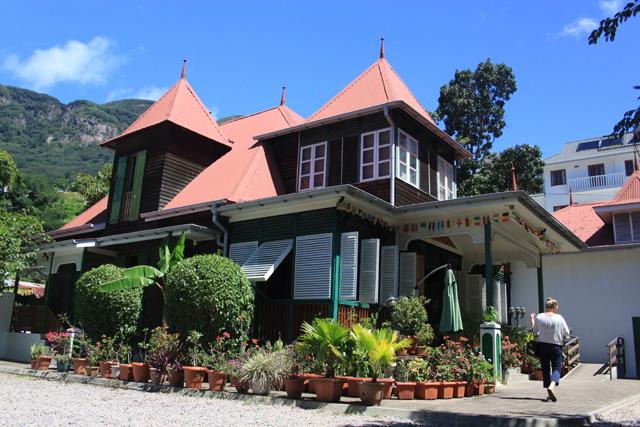 Une maison coloniale typique avec une vue sur la capitale des seychelles victoria le restaurant marie antoinette connaît un succès durant ces 42 dernières